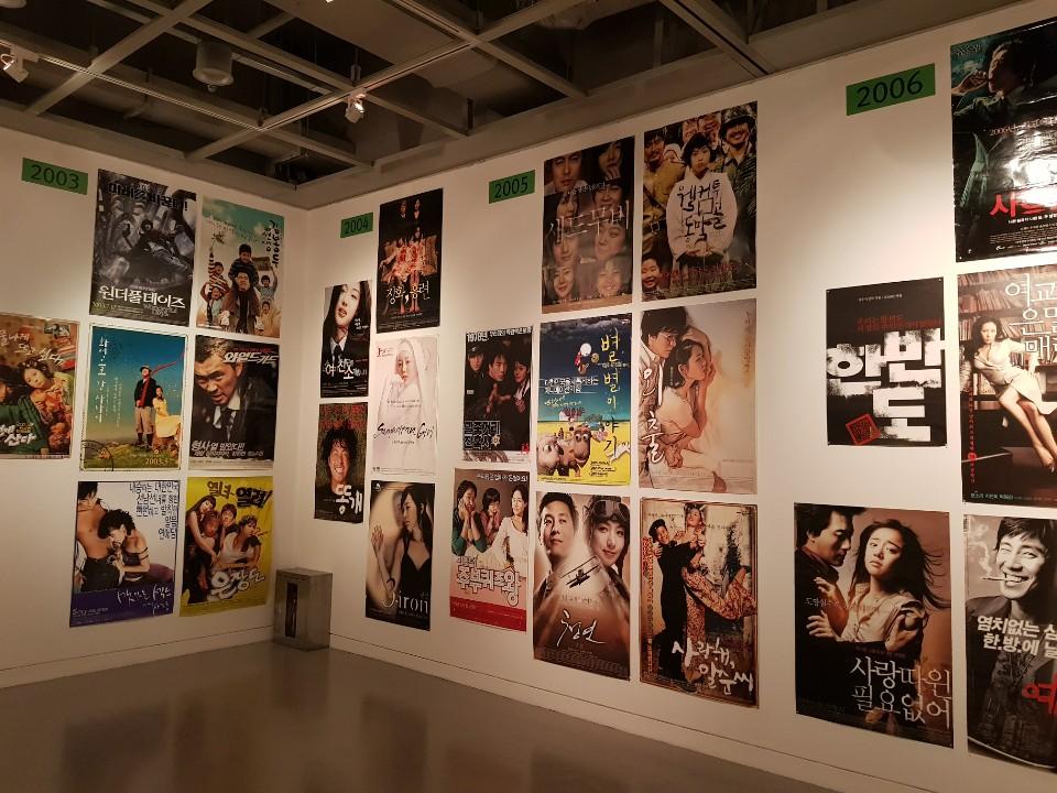 벽면의 다양한 포스터들.jpg
