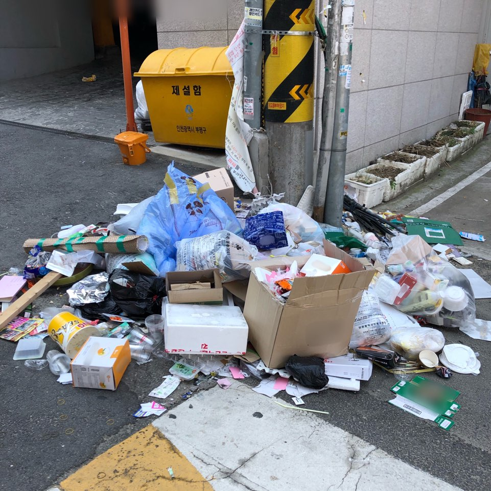 쓰레기 무단투기-주거공간 앞 전봇대.jpg