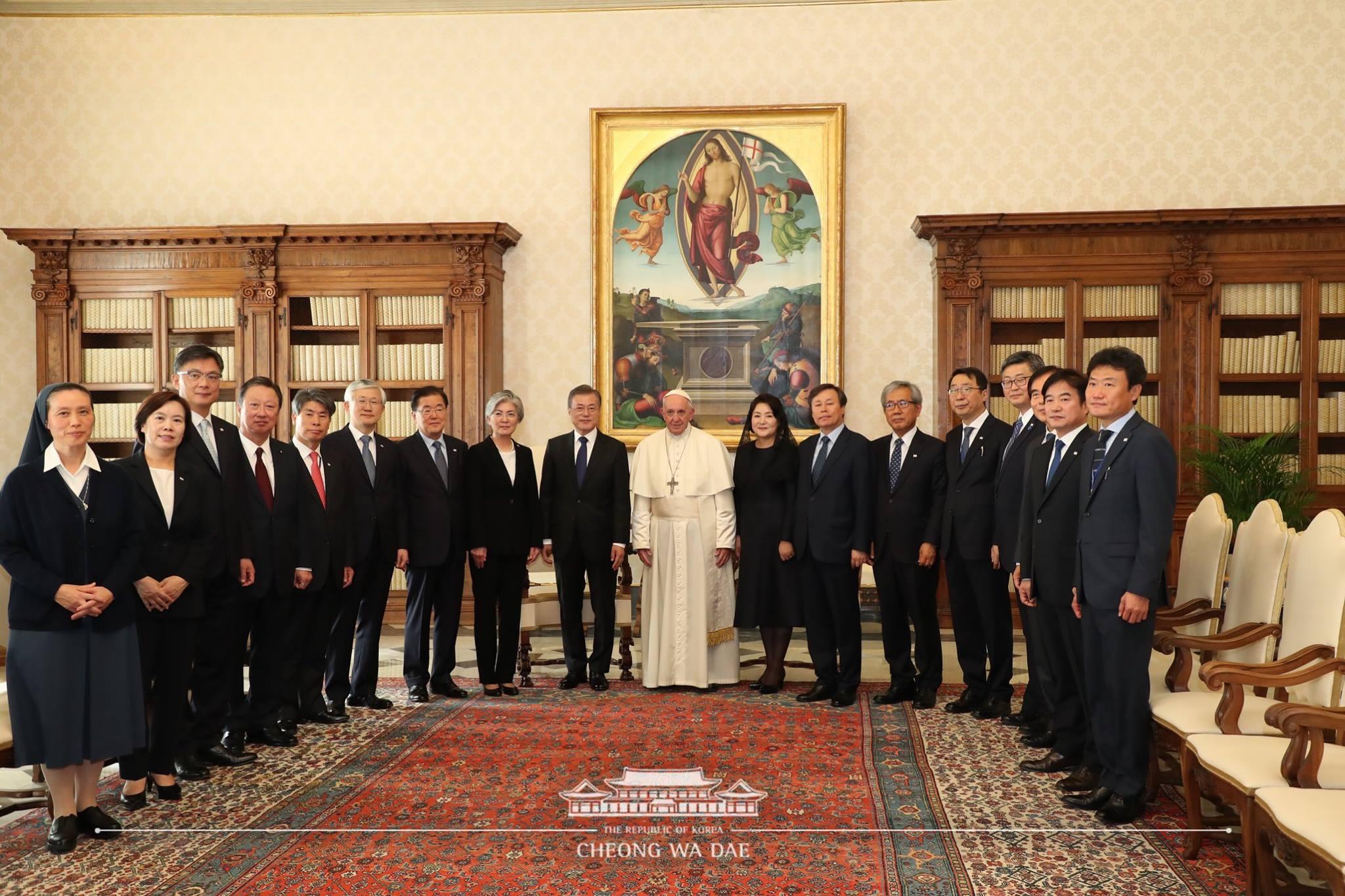 문 대통령 인사들-프란치스코 교황(청와대).jpg