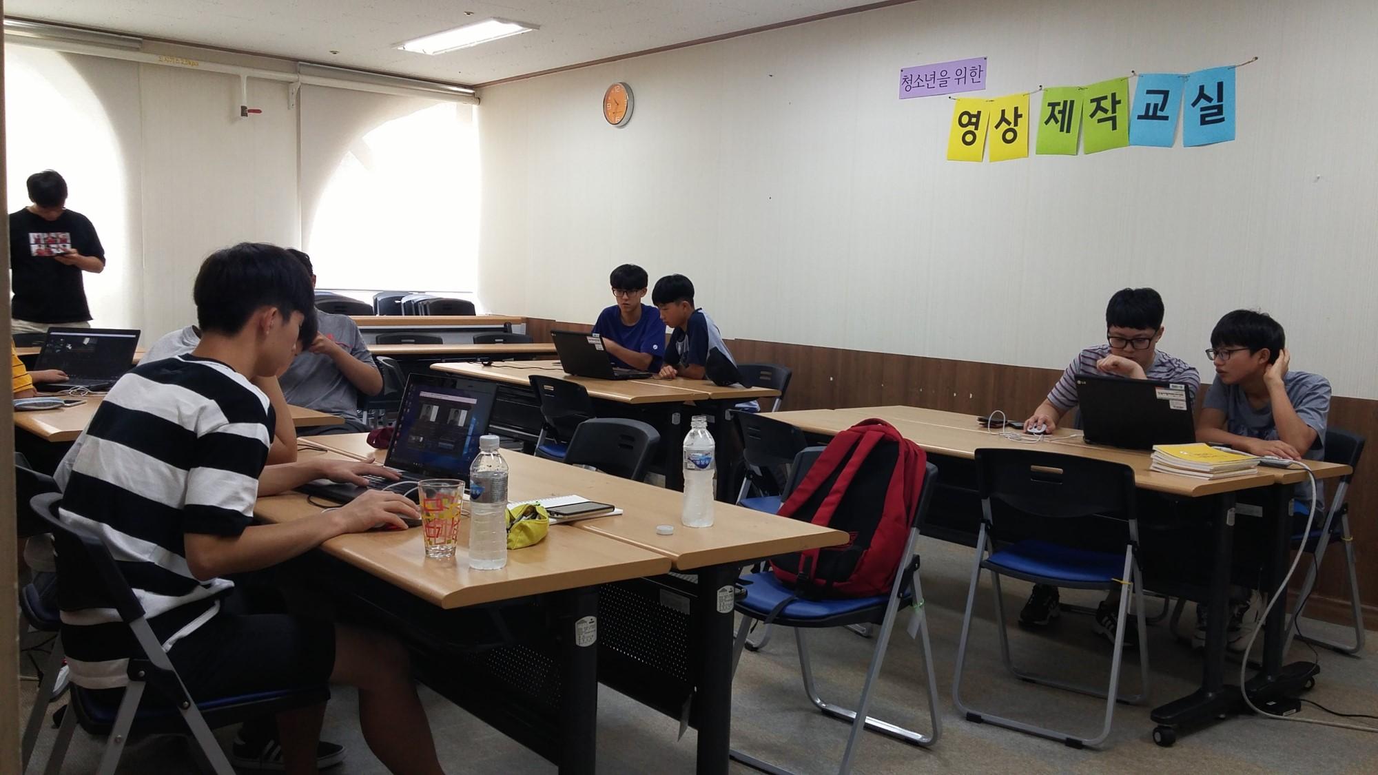 편집실습을 하는 학생들.jpg